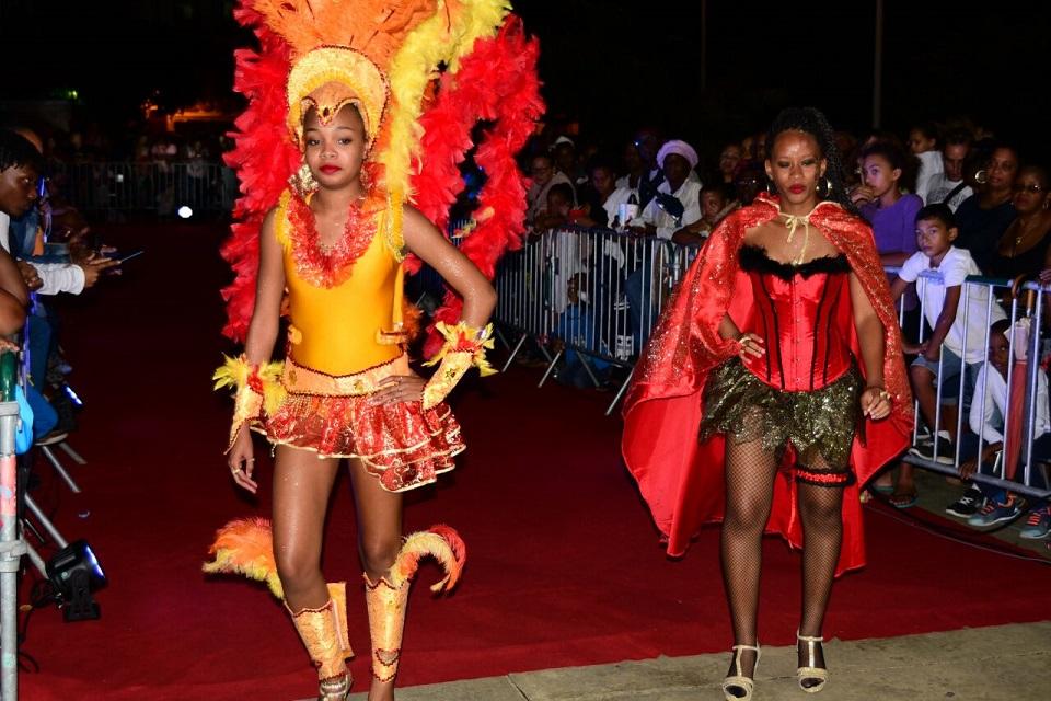 Les anciens costumes frôlent le tapis rouge dans le chef-lieu